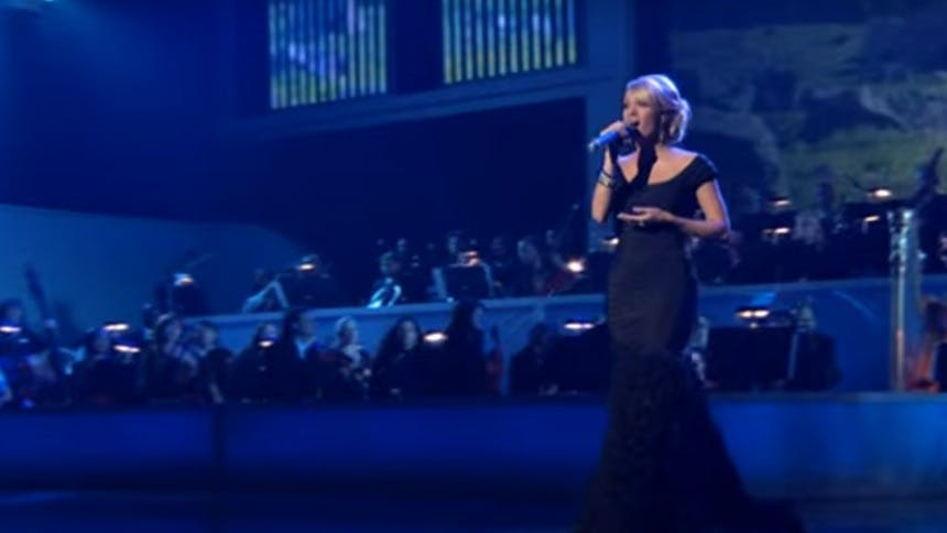 Hot Clip of the Day: Carrie Underwood Twirls To Sing R&H Cl…